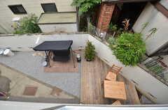 ベランダから見た庭の様子。(207号室)(2015-06-08,専有部,ROOM,2F)