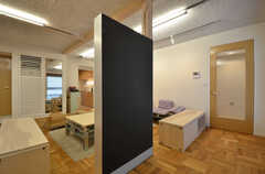 黒板はインフォメーションボードとして使われます。(2014-11-25,共用部,LIVINGROOM,1F)