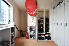 玄関まわりの様子。靴箱は部屋ごとに場所が決まっています。(2019-08-09,周辺環境,ENTRANCE,5F)