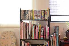 漫画、各国の文化にまつわる本、日本語のテキストなど多種多様な本が置かれた本棚。(2019-08-09,共用部,LIVINGROOM,7F)