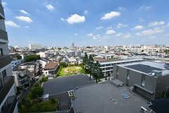 屋上からの景色2。建物の裏手は区の施設で、体育館やトレーニングルーム、温水プールなどが使えます。(2019-08-09,共用部,OTHER,8F)