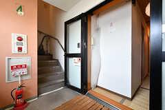 玄関まわりの様子。4階と5階は階段でも行き来できます。(2019-08-09,周辺環境,ENTRANCE,4F)