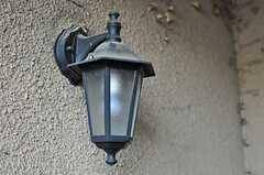 玄関前には雰囲気のあるランプがあります。(2011-12-07,周辺環境,ENTRANCE,1F)