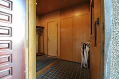 玄関から見た内部の様子。正面の扉はトイレです。(2011-12-07,周辺環境,ENTRANCE,1F)