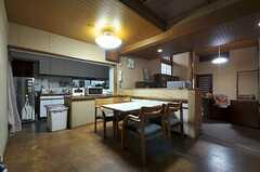リビングの様子3。奥にキッチンが見えます。(2011-12-07,共用部,LIVINGROOM,1F)