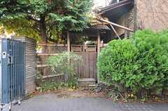 玄関へのアプローチの脇には雰囲気の良い庭への入り口が。現在は使用出来ませんが、今後活用して行くとのこと。(2011-12-07,共用部,OTHER,1F)