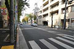 JR各線・高円寺駅からシェアハウスに向かう道の様子。(2011-12-07,共用部,ENVIRONMENT,1F)