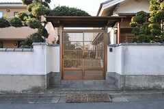 立派な門扉です。(2013-01-07,周辺環境,ENTRANCE,1F)