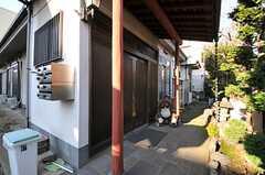 玄関の様子。扉は引き戸です。(2013-01-07,周辺環境,ENTRANCE,1F)
