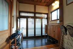 内部から見た玄関周りの様子。(2013-01-07,周辺環境,ENTRANCE,1F)