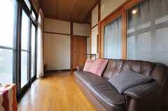 広い廊下兼縁側の様子。日当り抜群です。(2013-01-07,共用部,OTHER,1F)