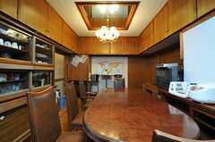 リビングの様子2。高い天井からは吊り戸棚がぐるりと設置されています。(2013-01-07,共用部,LIVINGROOM,1F)