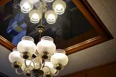 照明の上は鏡張り。(2013-01-07,共用部,LIVINGROOM,1F)