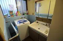 洗面台と洗濯機の様子。(2013-01-07,共用部,LAUNDRY,1F)