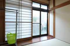 掃き出し窓からは外に出られます。(102号室)(2013-01-07,専有部,ROOM,1F)