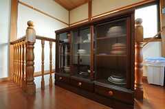 大きな食器棚。中の食器は共用で使えます。(2013-01-07,共用部,KITCHEN,2F)