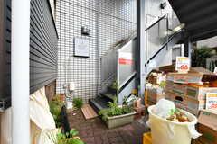 玄関は階段を上った先の2階にあります。(2019-08-02,周辺環境,ENTRANCE,1F)