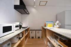 キッチンの様子2。右手奥にシンク、左手奥にIHヒーターがあります。(2019-08-02,共用部,KITCHEN,2F)