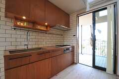 キッチンの様子。天板やタイルは入居者さんが選択したもの。(2014-03-09,共用部,KITCHEN,2F)