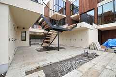 共用庭の様子3。階段の両隣には部屋ごとのトランクルームとトイレが設けられています。(2014-03-14,共用部,OTHER,1F)