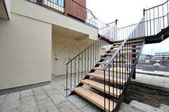 階段の様子。専有部ごとの玄関は2Fにあります。(2014-03-14,共用部,OTHER,1F)