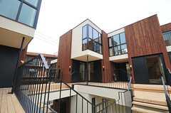 木材を多用した個性的な建物です。(2014-03-14,共用部,OTHER,2F)