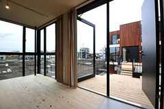 ドア脇のガラス戸も開放できます。(208号室)(2014-03-14,専有部,ROOM,2F)