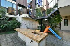 共用庭には屋外キッチン兼テーブルが設置されています。(2020-10-21,共用部,OTHER,1F)