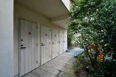 階段の両隣には部屋ごとのトランクルームとトイレが設けられています。(2020-10-21,共用部,OTHER,1F)