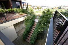 廊下から見た階段。植物がもりもりです。(2020-10-21,共用部,OTHER,2F)