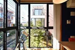 窓からは隣の部屋がチラリ。(2020-10-21,共用部,LIVINGROOM,2F)
