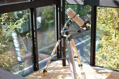 前入居者さんの置き土産。みんなで天体観測をしたこともあるそう。(2020-10-21,共用部,LIVINGROOM,2F)