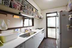 キッチンの様子。キッチンの上は収納棚です。専有部ごとに使えるスペースが決まっています。(2016-09-07,共用部,KITCHEN,1F)