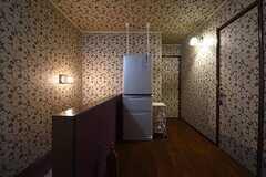 廊下の様子。冷蔵庫が設置されています。(2016-09-07,共用部,OTHER,2F)