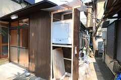 玄関脇にある乾燥機の様子。洗濯機も設置予定です。(2010-03-30,共用部,LAUNDRY,1F)