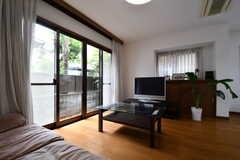 ソファに腰掛けるとこんな感じ。掃出し窓から庭へ出られます。(2017-10-04,共用部,LIVINGROOM,1F)
