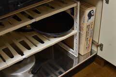 ガスコンロの下は鍋やフライパンが収納されています。(2017-10-04,共用部,KITCHEN,1F)