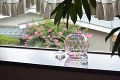 向かいの家のサルスベリとガラスのピンクがリンクして、とてもキレイ。(2016-08-08,共用部,LIVINGROOM,2F)