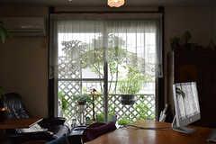 ベランダにはグリーンがあります。小さな鳥小屋はオーナーさんのお父様が手作りしたのだとか。(2016-08-08,共用部,LIVINGROOM,2F)