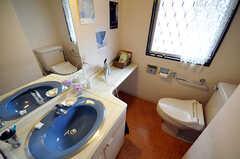 洗面台とトイレの様子。(2010-06-09,共用部,TOILET,2F)