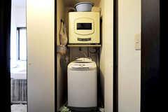 脱衣室に設置された洗濯機と乾燥機の様子。(2010-06-09,共用部,LAUNDRY,1F)