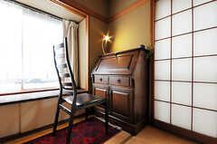ライティングデスクもアンティークです。(101号室)(2010-06-09,専有部,ROOM,1F)