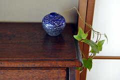 ライティングデスクの上に飾られた花瓶とグリーンも印象的。(101号室)(2010-06-09,専有部,ROOM,1F)