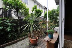 専有部から庭に出ることができます。(102号室)(2011-03-30,専有部,ROOM,1F)