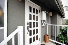 外階段を上がった先の玄関。(2010-06-09,周辺環境,ENTRANCE,2F)