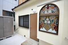 シェアハウスの正面玄関。ガラスがかわいい。(2009-04-23,周辺環境,ENTRANCE,1F)