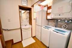 洗濯機、乾燥機、洗面台の様子。冷蔵庫もある。(2009-04-23,共用部,LAUNDRY,1F)