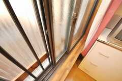 専有部の様子3道路に面した窓は2重ガラスになっている。(104号室)(2009-04-23,専有部,ROOM,1F)