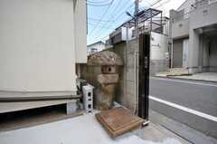 自然石の石灯籠は元は日本庭園だった名残。(2009-04-23,共用部,OTHER,1F)