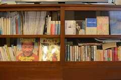 TVボードにはたくさんの書籍が収まっています。(2016-03-15,共用部,LIVINGROOM,1F)